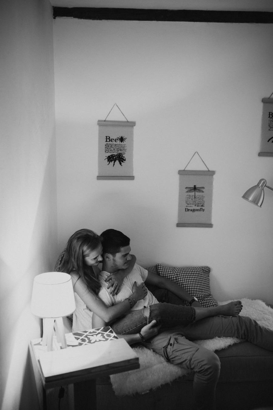 seance-couple-en-interieur-photographe-de-mariage-a-tours-indre-et-loire-37