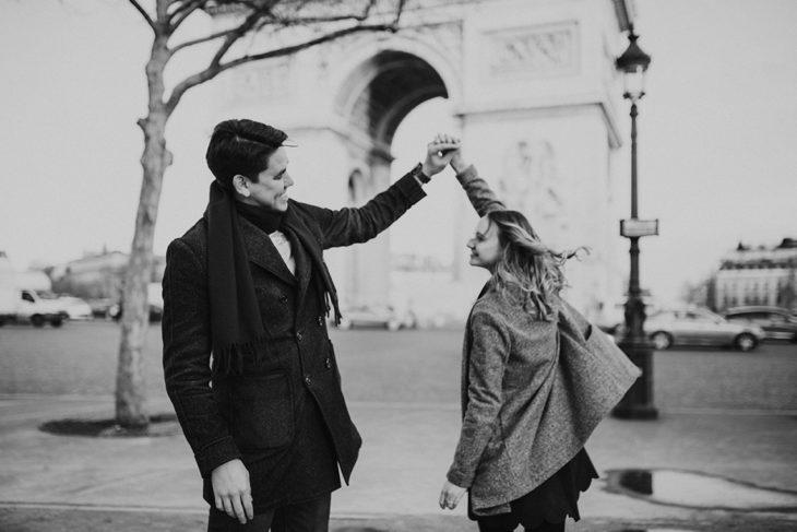 photographe-tours-seance-engagement-a-paris-arc-de-triomphe